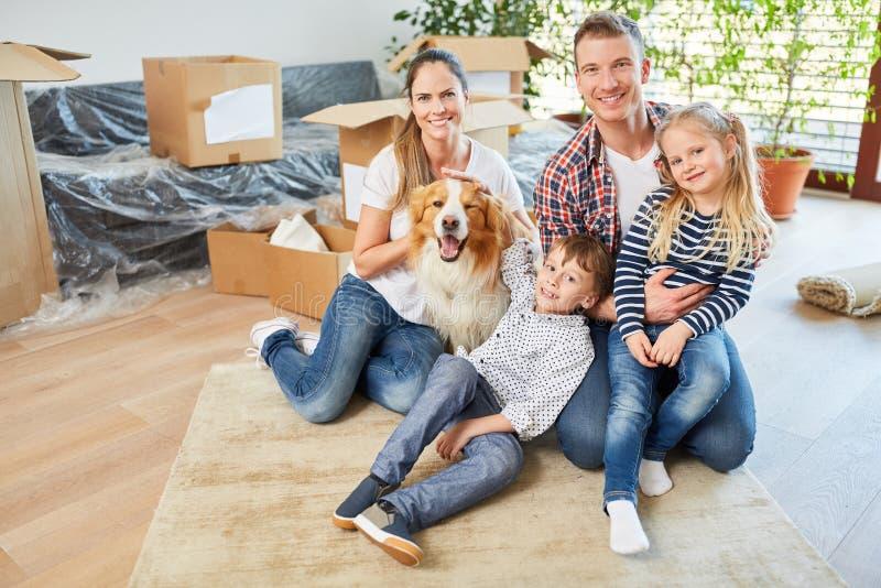 Gelukkige familie met twee jonge geitjes en hond stock afbeeldingen
