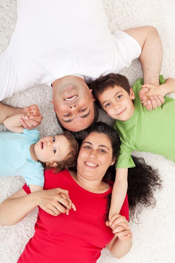 Gelukkige familie met twee kinderen stock afbeeldingen