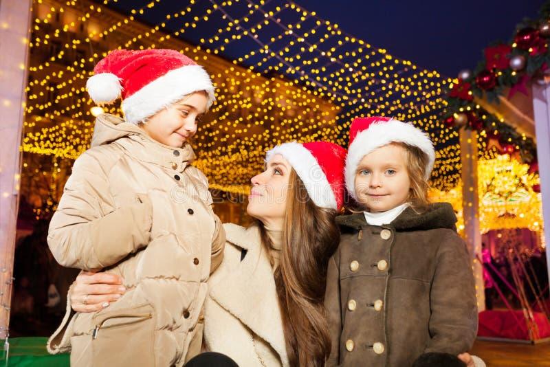 Gelukkige familie met twee kleine dochters bij straat stock foto