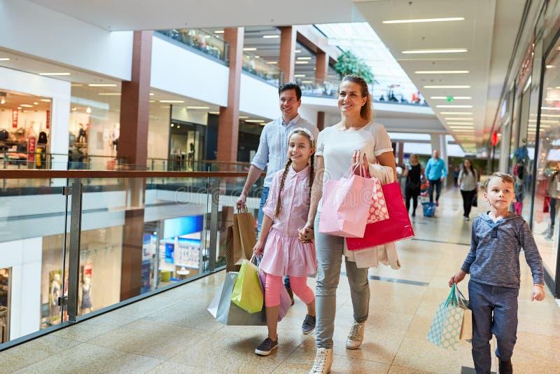 Gelukkige familie met vele het winkelen zakken stock foto's