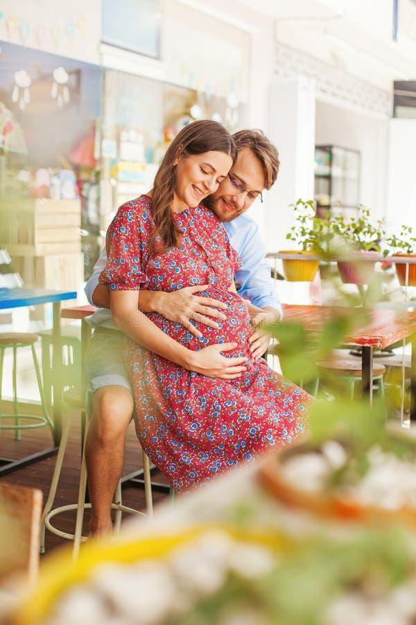 Gelukkige familie met zwangere vrouw royalty-vrije stock fotografie