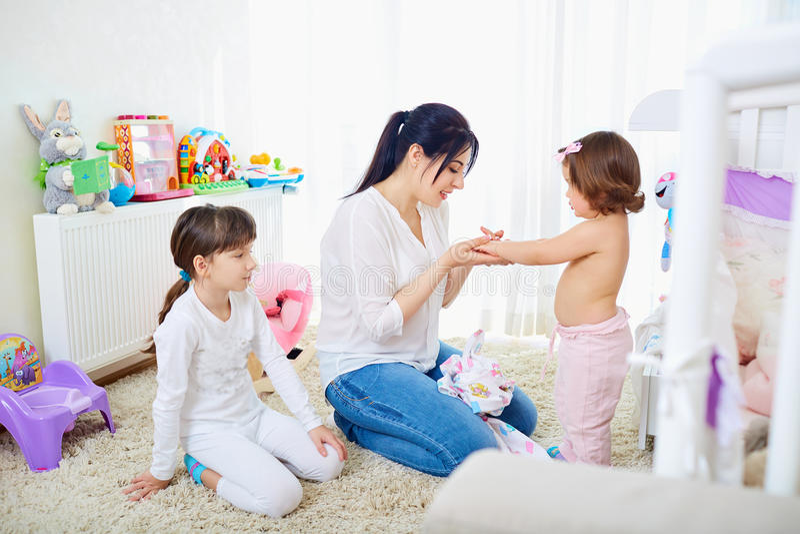 Gelukkige Familie Moeder en haar de meisjes van dochterskinderen het koesteren royalty-vrije stock afbeeldingen