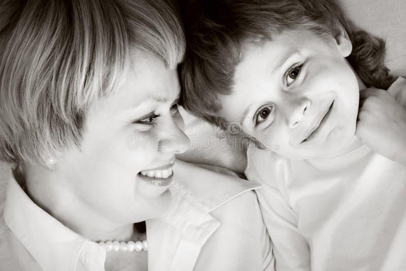 Gelukkige familie - moeder en zoon royalty-vrije stock afbeelding