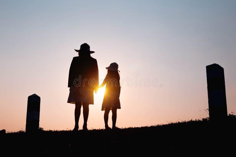 Gelukkige Familie Moeder en zoons het spelen op grasgebieden in openlucht bij avondsilhouet Uitstekende Toon en exemplaarruimte royalty-vrije stock foto's