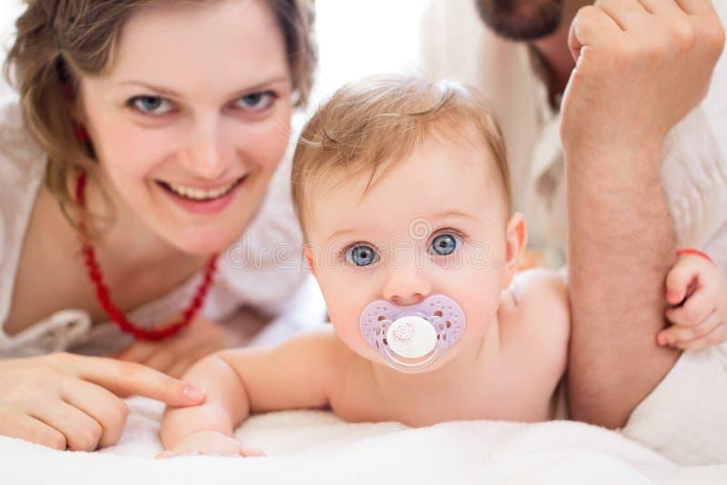 Gelukkige familie, moeder, vader en weinig baby royalty-vrije stock afbeelding
