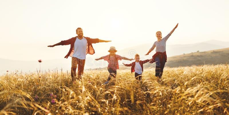 Gelukkige familie: moeder, vader, kinderenzoon en dochter op zonsondergang royalty-vrije stock foto's