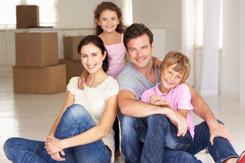 Gelukkige familie in nieuw huis royalty-vrije stock afbeeldingen
