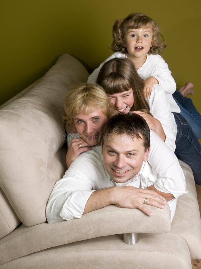 Gelukkige familie op bank stock fotografie
