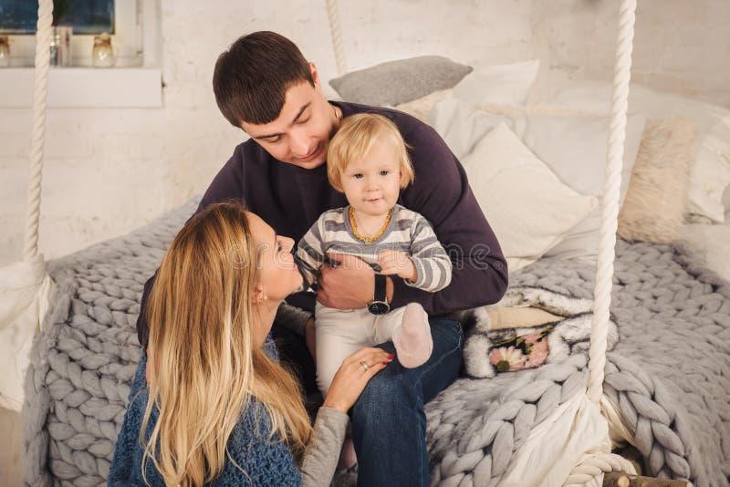 Gelukkige familie op de bedschommeling royalty-vrije stock fotografie