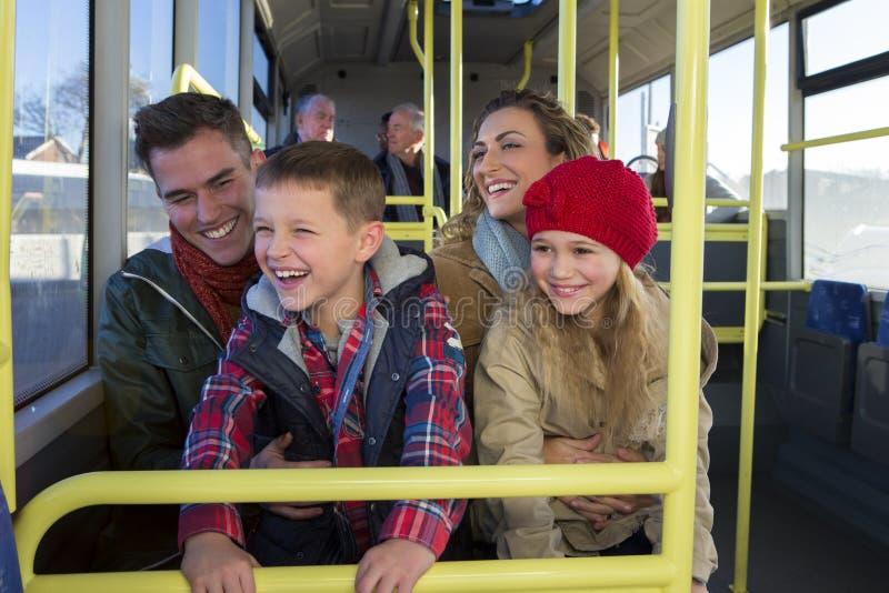 Gelukkige familie op de bus royalty-vrije stock fotografie