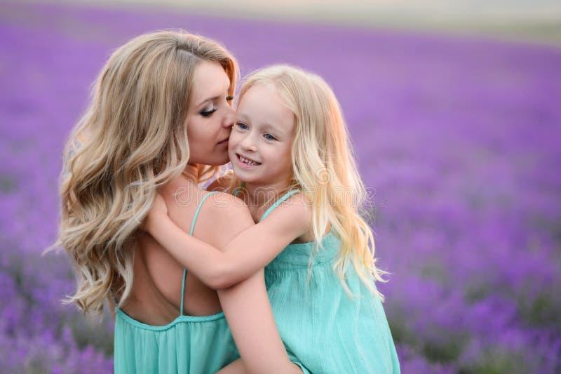 Gelukkige familie op een gebied van lavendel royalty-vrije stock afbeeldingen