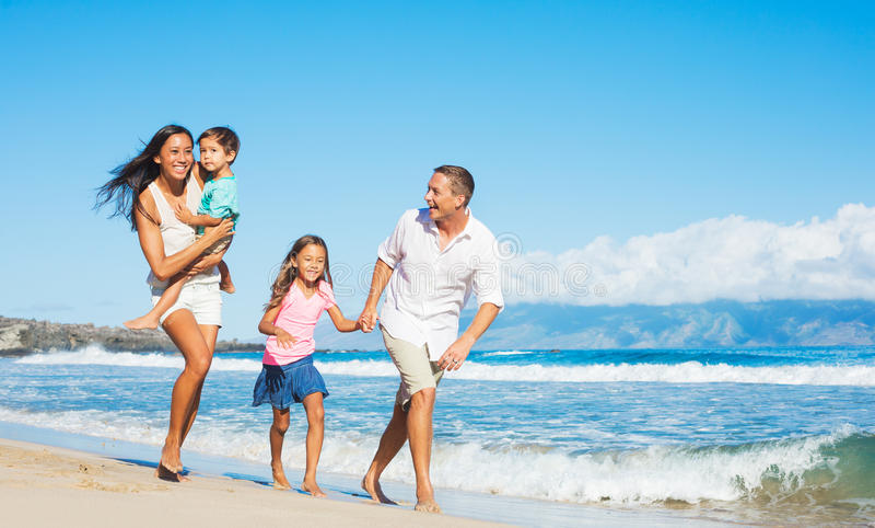 Gelukkige Familie op het Strand royalty-vrije stock afbeelding