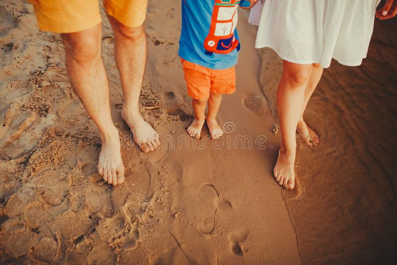 Gelukkige Familie op het Strand Close-up van familievoeten met jongensbaby het lopen op zand Man en vrouw die hun baby houden Gan stock foto
