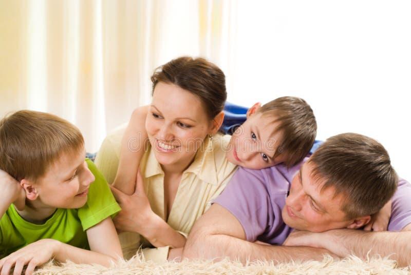Gelukkige familie op het tapijt royalty-vrije stock fotografie