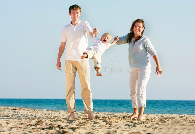 Gelukkige familie op strand royalty-vrije stock fotografie