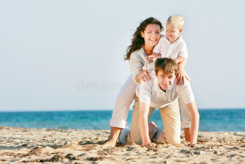 Gelukkige familie op strand stock afbeelding