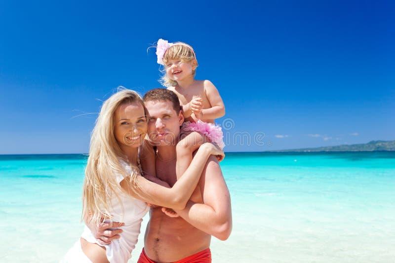 Gelukkige familie op tropische vakantie royalty-vrije stock afbeelding