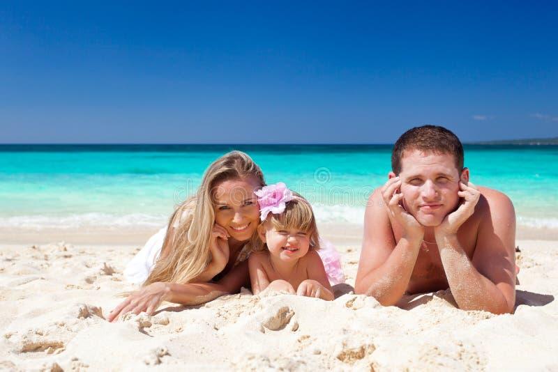 Gelukkige familie op tropische vakantie stock foto