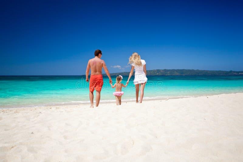 Gelukkige familie op tropische vakantie royalty-vrije stock foto
