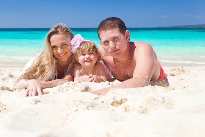 Gelukkige familie op tropische vakantie stock foto's