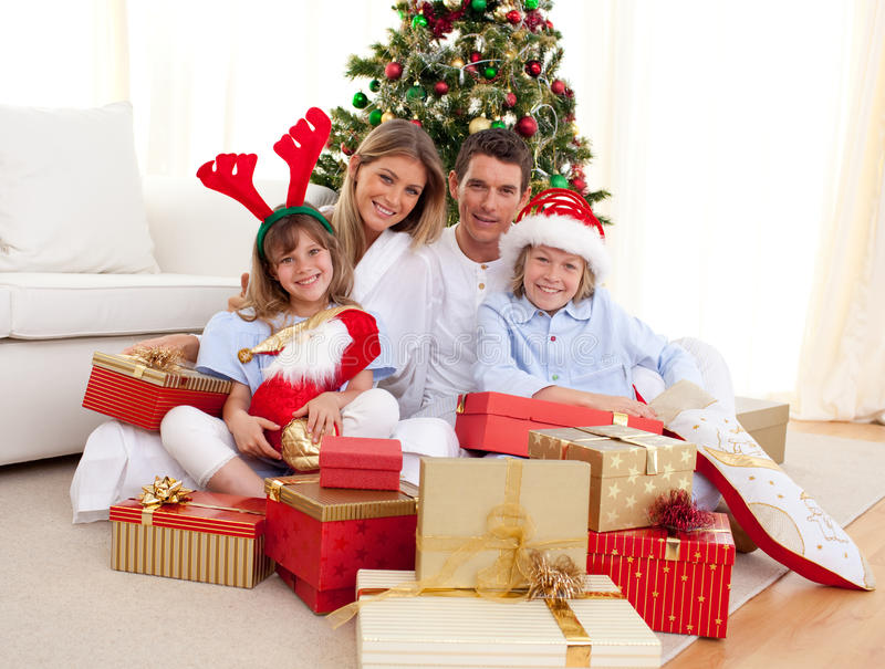 Gelukkige familie openingsKerstmis stelt voor royalty-vrije stock fotografie