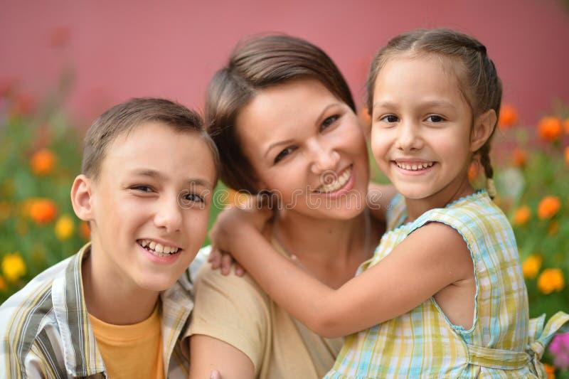 Gelukkige familie openlucht royalty-vrije stock afbeeldingen