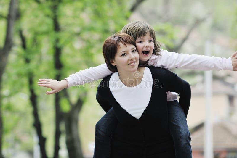 Gelukkige familie openlucht royalty-vrije stock foto