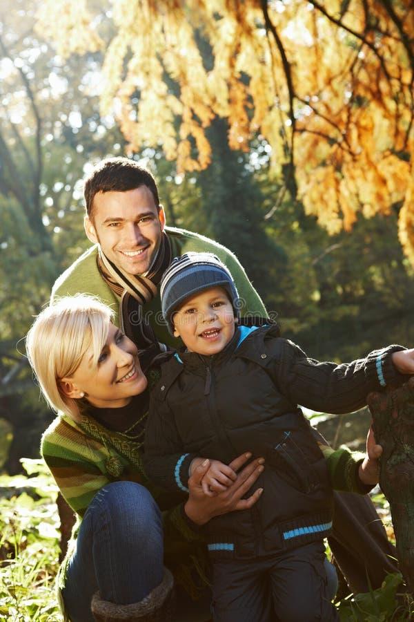 Gelukkige familie openlucht bij de herfst royalty-vrije stock afbeelding