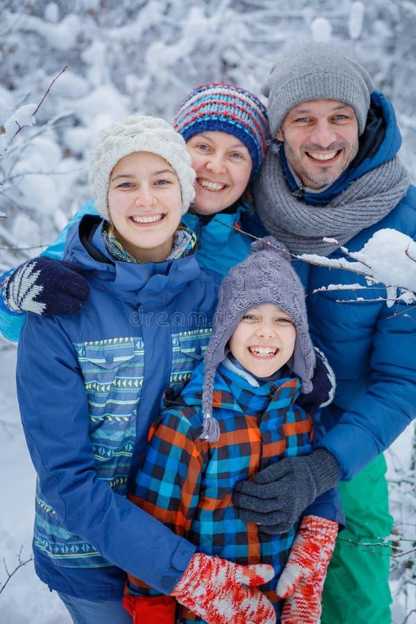 Gelukkige familie in openlucht sneeuw De vakantie van de winter royalty-vrije stock fotografie