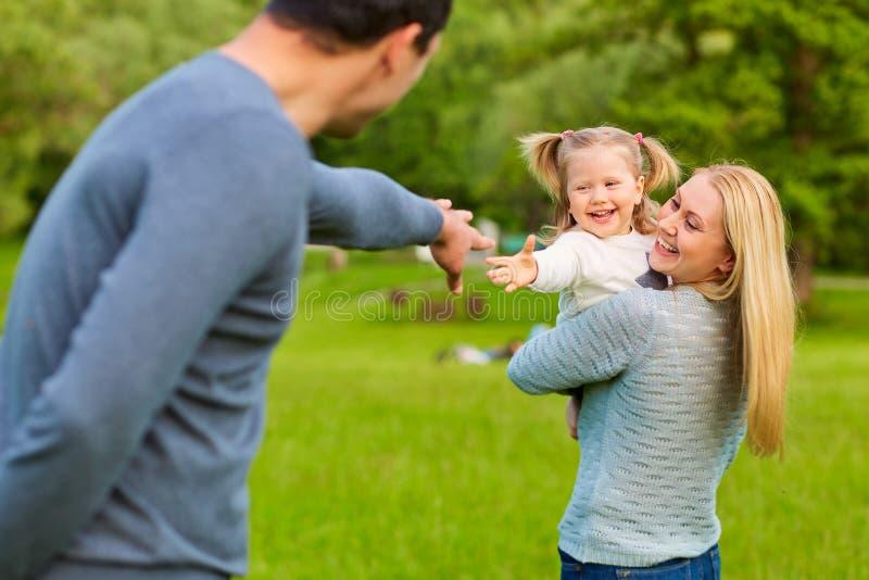Gelukkige Familie Oudersspel met kind op aard royalty-vrije stock afbeelding