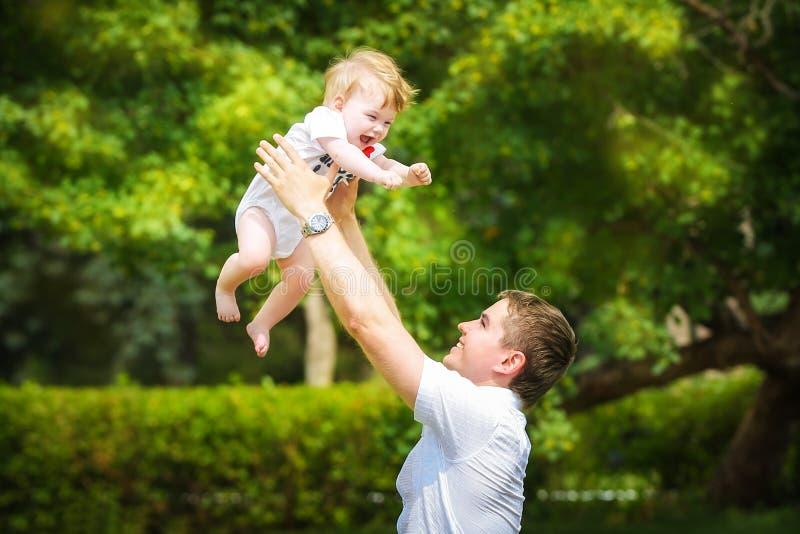 Gelukkige familie, papa en weinig zoon die pret in het zand hebben openlucht stock foto