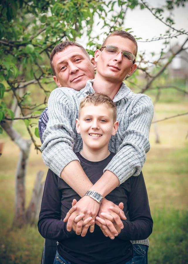 Gelukkige familie in park stock foto
