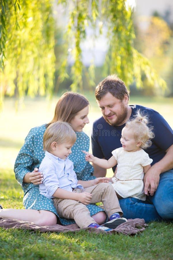 Gelukkige familie in park stock foto's