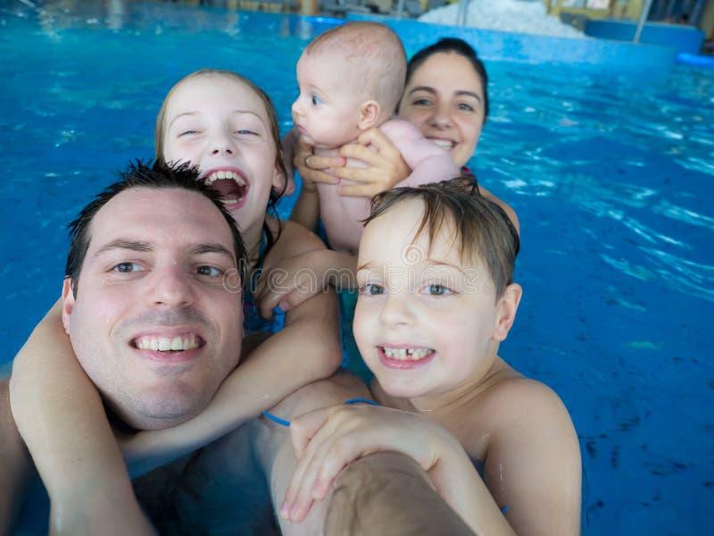 Gelukkige familie in pool royalty-vrije stock foto's