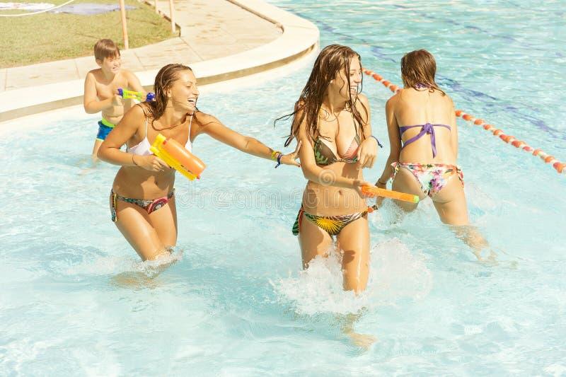 Gelukkige familie in pool die pret hebben royalty-vrije stock afbeelding