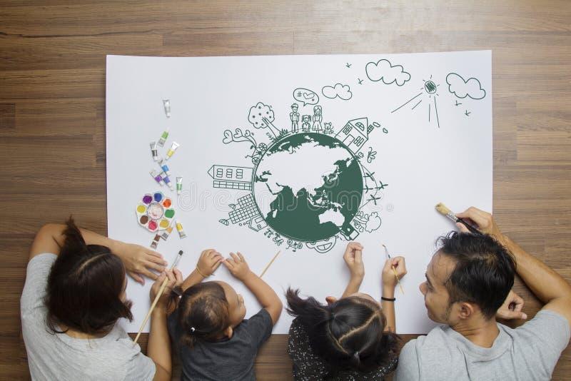 Gelukkige familie thuis met creatieve vriendschappelijke eco van het tekeningsmilieu stock afbeelding