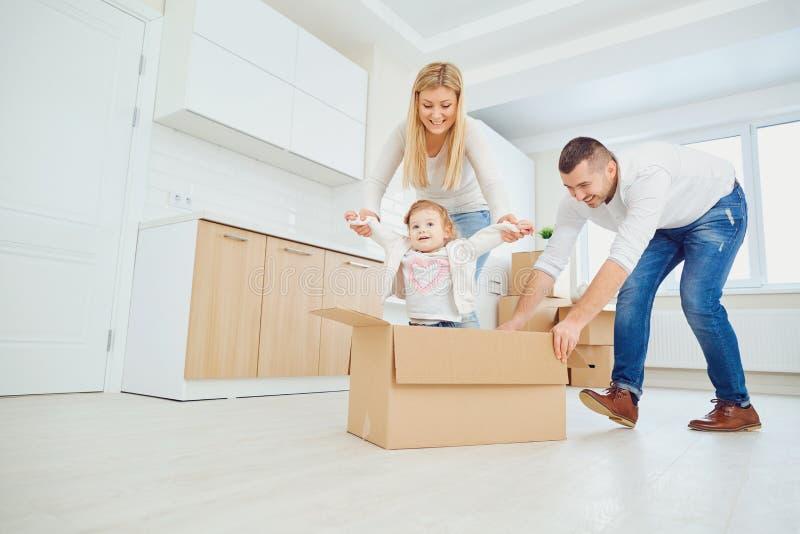 Gelukkige familie uitpakkende dozen bij nieuw huis royalty-vrije stock foto's