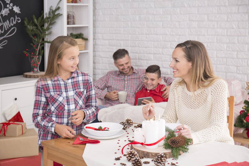 Gelukkige familie vóór Kerstmisdiner stock fotografie