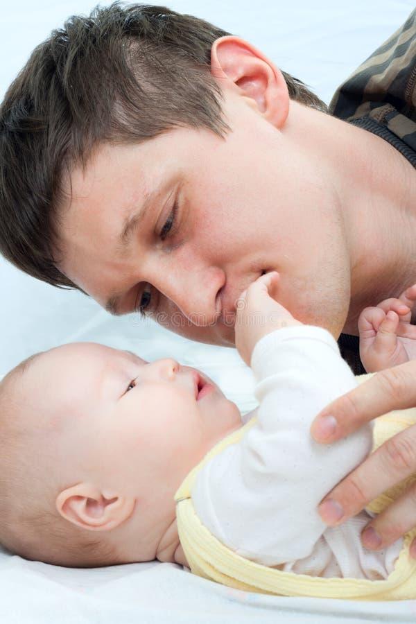 Gelukkige familie - vader en baby stock fotografie