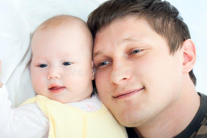 Gelukkige familie - vader en baby stock foto's