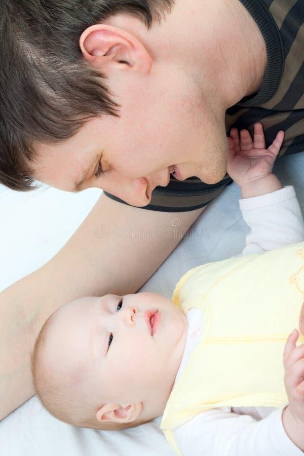 Gelukkige familie - vader en baby royalty-vrije stock fotografie
