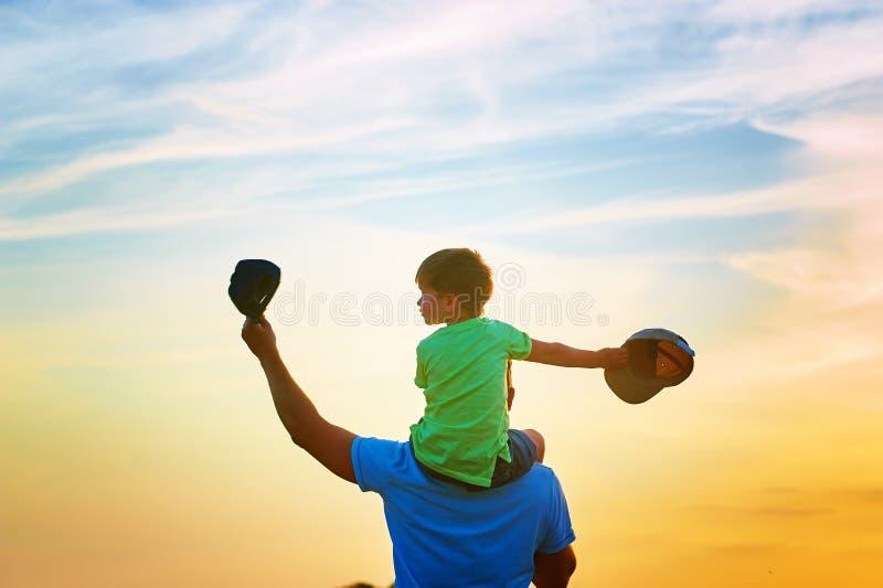 Gelukkige Familie Vader en zoon die in openlucht spelen royalty-vrije stock fotografie