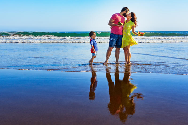 Gelukkige familie - vader, moeder, baby op de vakantie van het de zomerstrand royalty-vrije stock foto