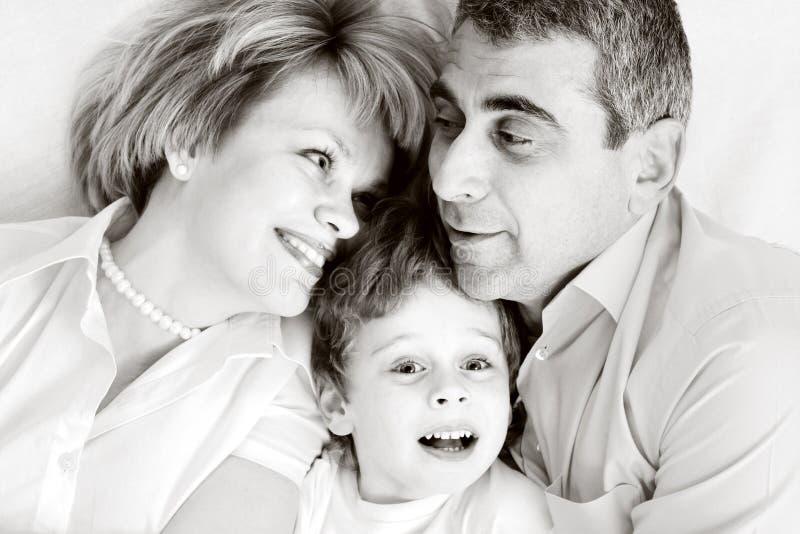 Gelukkige familie - vader, moeder en zoon stock fotografie