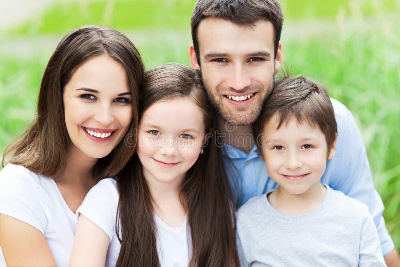 Gelukkige familie van vier stock afbeelding