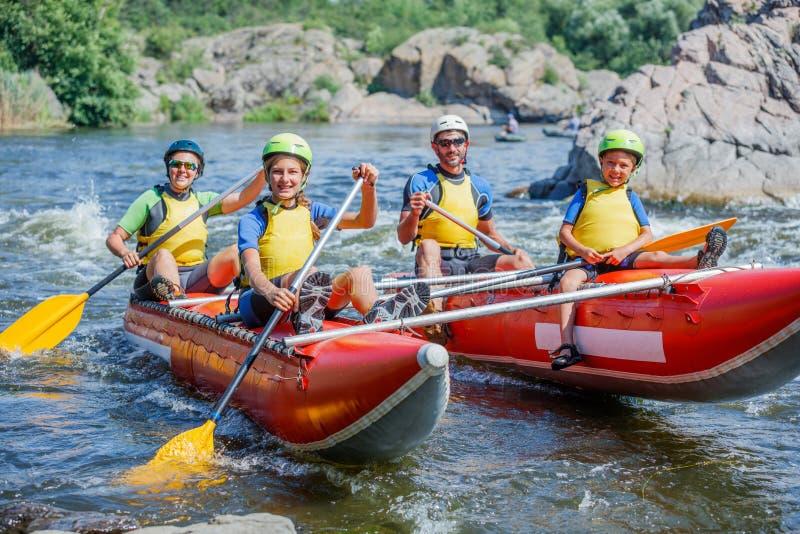 Gelukkige familie van vier op de catamaran royalty-vrije stock afbeelding