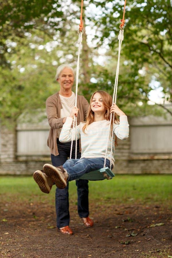 Gelukkige familie voor huis in openlucht royalty-vrije stock afbeelding