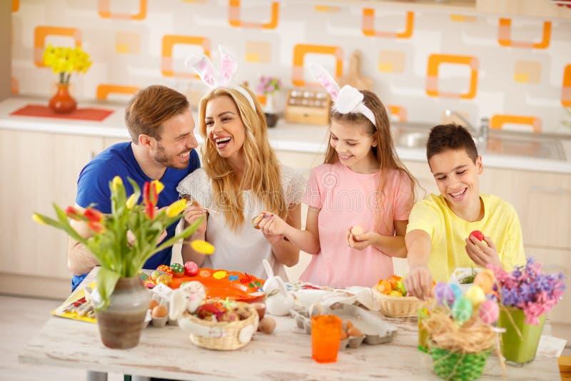 Gelukkige familie voor Pasen royalty-vrije stock afbeelding
