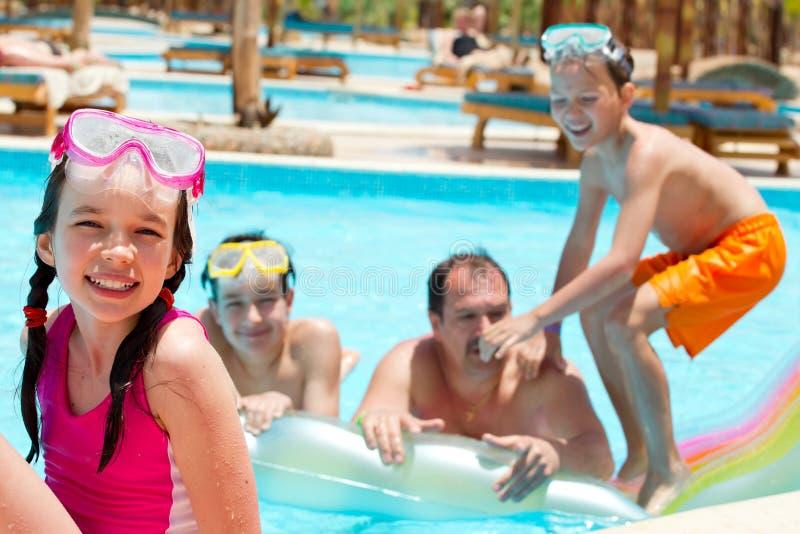 Gelukkige familie in zwembad royalty-vrije stock afbeeldingen
