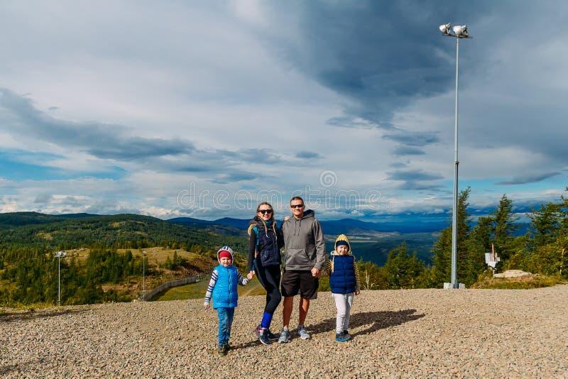 Gelukkige familiedaling van de bergen stock afbeeldingen